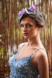 Schönes Mädchen mit einem Wreath der Blumen Lizenzfreies Stockbild