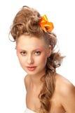 Schönes Mädchen mit einer eleganten Frisur Stockbild