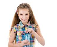 Schönes Mädchen mit einer Flasche Süßwasser Lizenzfreie Stockfotos
