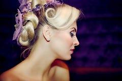 Schönes Mädchen mit einer Hochzeitsfrisur Stockfotos