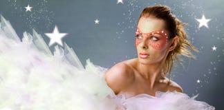 Schönes Mädchen mit einer Karnevalsschablone Stockbilder