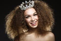 Schönes Mädchen mit einer Krone in Form einer Prinzessin Lizenzfreies Stockfoto