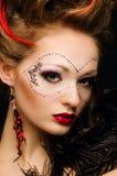 Schönes Mädchen mit einer Maske und bilden Lizenzfreie Stockbilder