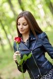 Schönes Mädchen mit einer Rose Stockfotografie