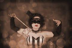 Schönes Mädchen mit einer venetianischen Maske Stockfotografie