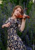 Schönes Mädchen mit einer Violine stockfotografie