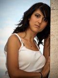 Schönes Mädchen mit einer Wand Lizenzfreie Stockfotografie