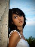 Schönes Mädchen mit einer Wand Lizenzfreie Stockfotos