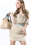Schönes Mädchen mit einer weißen Tasche auf einem Weiß Lizenzfreie Stockfotos