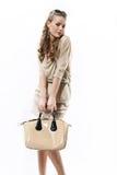 Schönes Mädchen mit einer weißen Tasche auf einem Weiß Stockfotografie