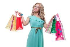 Schönes Mädchen mit Einkaufenbeuteln Lizenzfreie Stockfotos