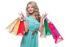 Schönes Mädchen mit Einkaufenbeuteln Stockbild