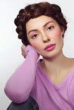 Schönes Mädchen mit fantastischer Frisur in der zufälligen Ausstattung stockfotografie