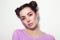 Schönes Mädchen mit fantastischer Frisur in der zufälligen Ausstattung lizenzfreie stockfotografie