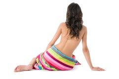 Schönes Mädchen mit farbigem Badetuch Lizenzfreies Stockfoto