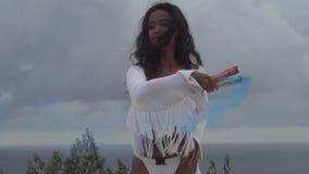Schönes Mädchen mit farbigem Rauche stock video