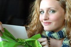 Schönes Mädchen mit Geschenk Stockbild