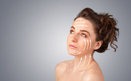 Schönes Mädchen mit Gesichtspfeilen auf ihrer Haut Stockfotografie