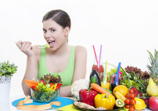 Schönes Mädchen mit gesunder Diät der Obst und Gemüse stockbild