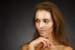 Schönes Mädchen mit glänzender Haut Lizenzfreies Stockfoto