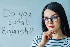 Schönes Mädchen mit Gläsern und Wörter sprechen Sie Englisch stockfotos