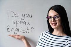 Schönes Mädchen mit Gläsern und Wörter sprechen Sie Englisch stockfoto