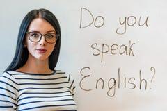 Schönes Mädchen mit Gläsern und Wörter sprechen Sie Englisch lizenzfreie stockbilder