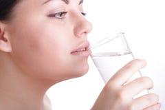 Schönes Mädchen mit Glas Wasser Stockfotos
