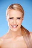 Schönes Mädchen mit großem Lächeln auf Blau Lizenzfreies Stockfoto