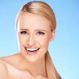 Schönes Mädchen mit großem Lächeln auf Blau Stockbild
