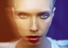 Schönes Mädchen mit großen Augen und einem wild-äugigen Stockfotos