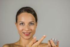 Schönes Mädchen mit Hautcreme Lizenzfreies Stockfoto