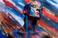 Schönes Mädchen mit hellem farbigem Make-up lizenzfreies stockbild