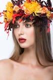 Schönes Mädchen mit hellem Herbstkranz von lizenzfreie stockfotografie