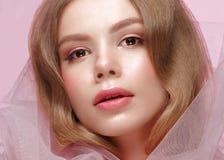 Schönes Mädchen mit hellem Make-up in der rosa Kleidung Schönes lächelndes Mädchen Designnägel lizenzfreies stockbild