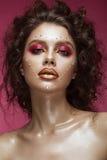 Schönes Mädchen mit hellem Modemake-up und Herz von den Kristallen auf dem Gesicht Valentinsgruß `s Tag stockbilder