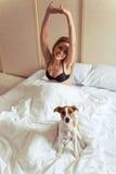 Schönes Mädchen mit Hund Lizenzfreie Stockfotos