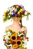 Schönes Mädchen mit Hut der Blumen Stockfoto