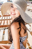 Schönes Mädchen mit Hut am Strand Stockfotografie