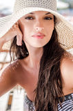Schönes Mädchen mit Hut am Strand Lizenzfreies Stockfoto