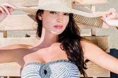 Schönes Mädchen mit Hut am Strand Stockbilder