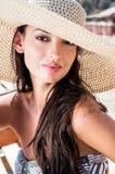 Schönes Mädchen mit Hut am Strand Stockfoto