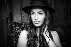 Schönes Mädchen mit Hutporträt in der Stadt Schwarzweiss lizenzfreie stockbilder