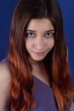Schönes Mädchen mit ihrem Haar in einem blauen Kleid wirft auf Stockbilder