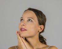 Schönes Mädchen mit ihren Händen verbunden Lizenzfreie Stockbilder