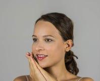 Schönes Mädchen mit ihren Händen verbunden Stockfoto