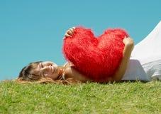 Schönes Mädchen mit Innerem im Valentinstag Stockfotos