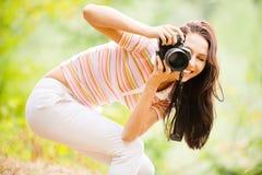 Schönes Mädchen mit Kamera Stockfoto
