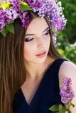 Schönes Mädchen mit Kranz von lila Blumen Stockbild