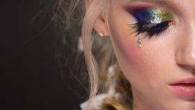 Schönes Mädchen mit kreativem Kunstmake-up Schönheitsgesicht, elegante Frisur und dekorative Elemente stock video
